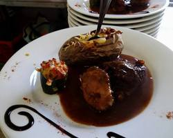 Suprême de Poulet laqué au Banyuls, Accompagné d'une pomme de Terre Gralée et Emulsion de carottes