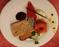 Duo Terre et Mer:  Rosace de saumon, Foie gras et son chutney